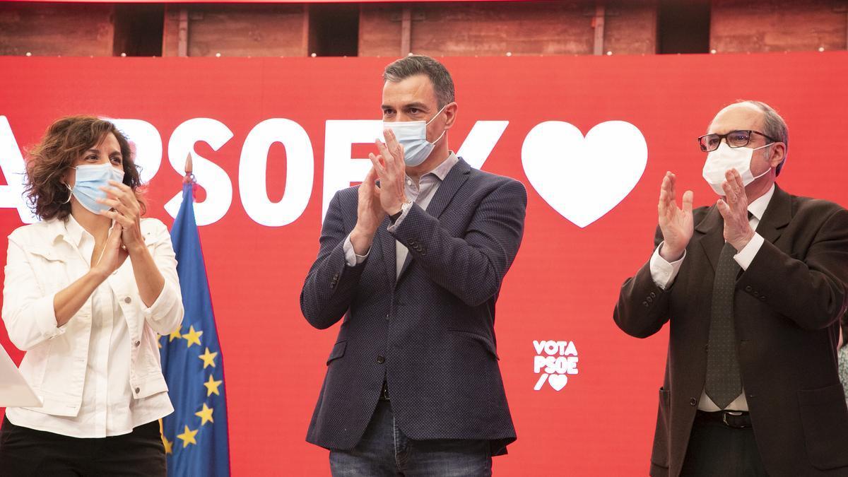 Pedro Sánchez, Ángel Gabilondo e Irene Lozano en el primer acto de campaña este domingo en Ferraz.