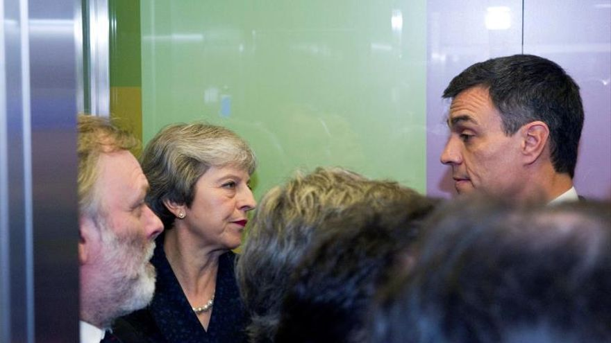 Sánchez conversa con May antes del Consejo Europeo y se reúne con Tajani