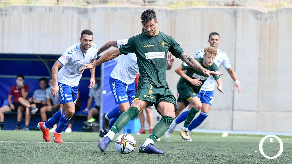 Willy Ledesma lanza un penalti ante el Tamaraceite