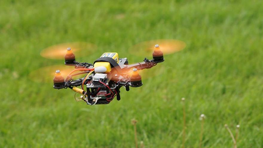 Mini dron realizando pruebas de vuelo. (DP).
