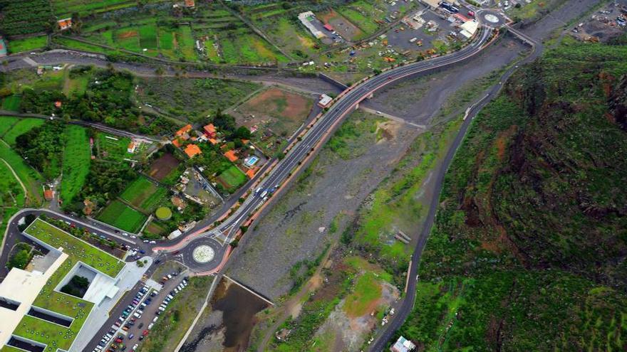 Vista aérea de la vía de acceso al hospital de San Sebastián de La Gomera.
