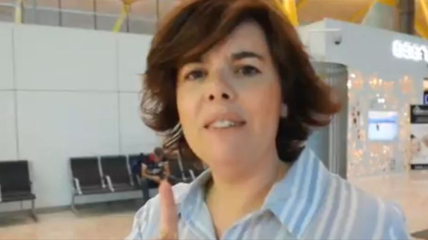 """Soraya Sáenz de Santamaría en el vídeo que amenaza con ser """"el dolor de cabeza de Pedro Sánchez""""."""