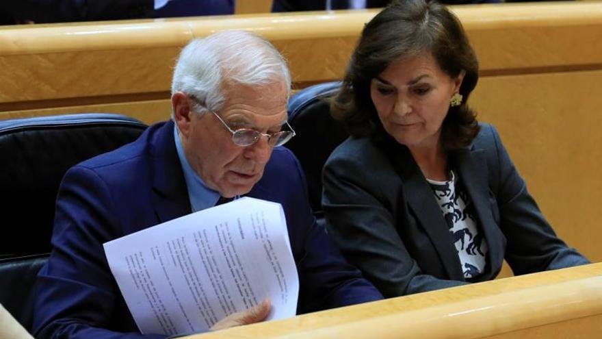 La vicepresidenta, Carmen Calvo, junto al ministro de Exteriores, Josep Borrell, durante el Pleno en el Senado.