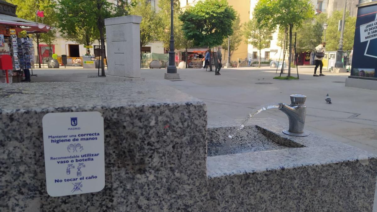 Las fuentes públicas reabren en Madrid tras más de un años cerradas por la COVID-19.