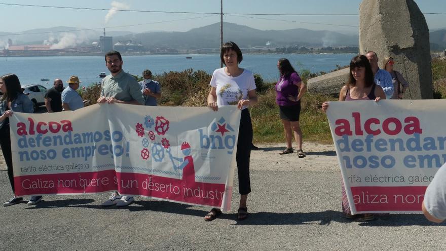 La portavoz nacional del BNG, Ana Pontón, en una protesta de su partido contra los despidos en Alcoa