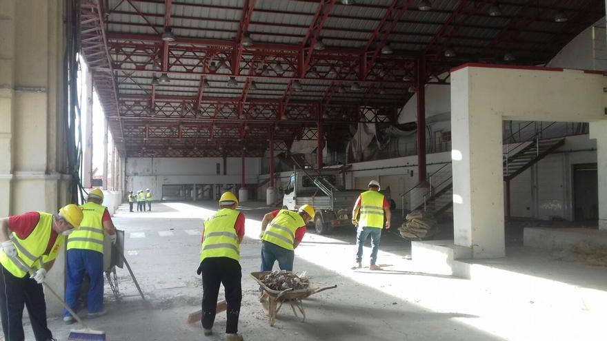 Los operarios inician el desmontaje de los boxes de la Fórmula 1