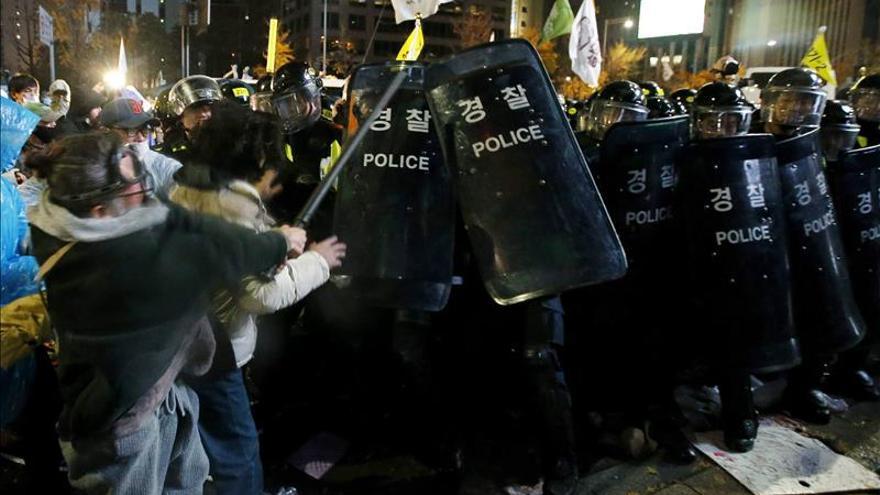Unos 50 detenidos y 30 heridos en una gran marcha contra el Gobierno en Seúl