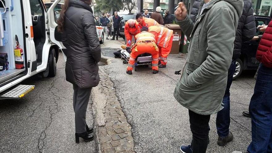 Varios paramédicos tratan a uno de los seis heridos en el atentado de Macerata, Italia.