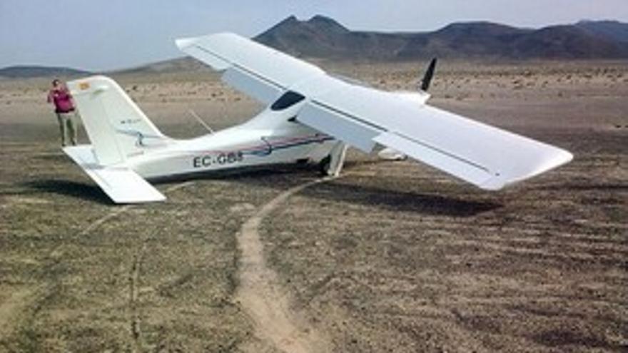 La avioneta que rompió el tren de aterrizaje. (ACN PRESS)