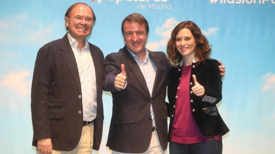 Jesús Moreno, en el medio, el alcalde de Tres Cantos