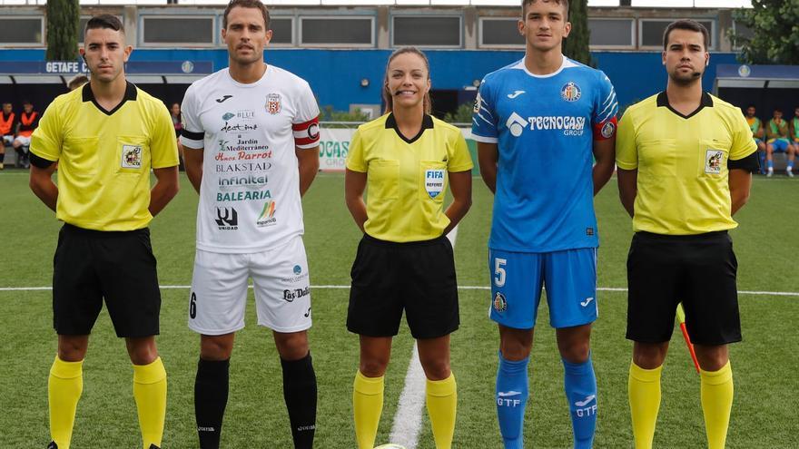 Trío arbitral y capitanes del encuentro disputado este domingo en Getafe.