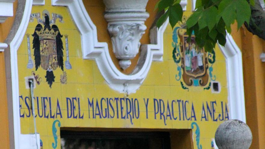 Escudo del águila franquista en un colegio de Sevilla.   JUAN MIGUEL BAQUERO