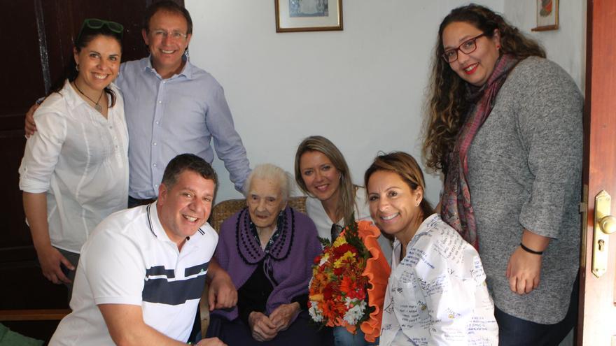 El grupo de Gobierno del Ayuntamiento de El Paso con María Dolores Cleofé Mederos Rodríguez, abuela del municipio con 108 años.