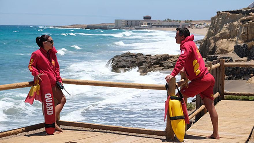 Socorristas en la costa de Lanzarote