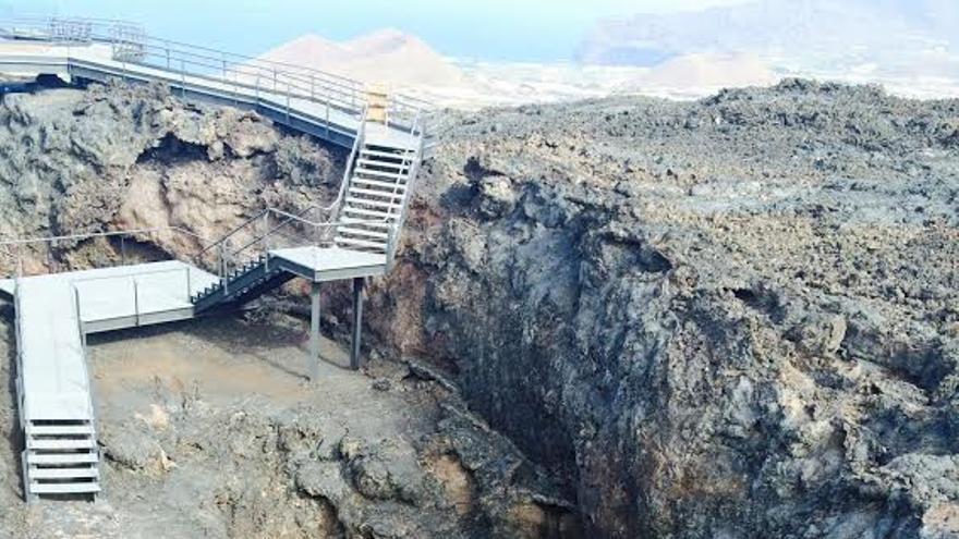 En la imagen, la pasarela  que permite el acceso al tubo volcánido'Cueva de Las Palomas'.