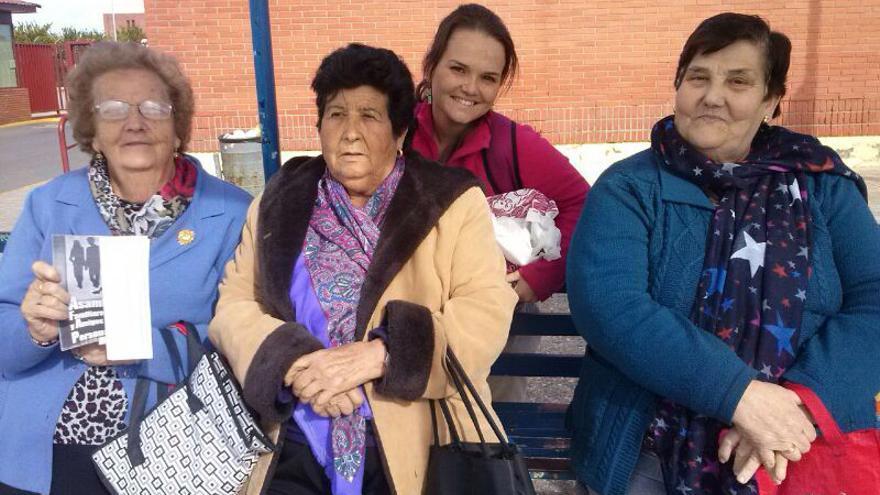 Pepa (a la derecha)  junto a otras compañeras de la Asamblea