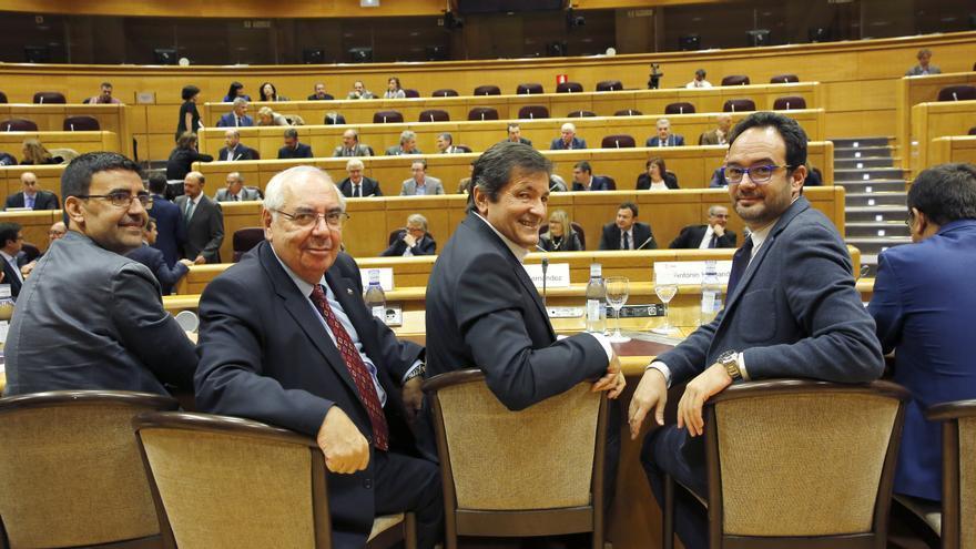 Javier Fernández junto a los portavoces en el Congreso y el Senado, Antonio Hernando y Tini Areces.