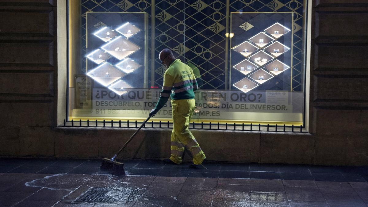 Un trabajador limpia las calles de la capital.