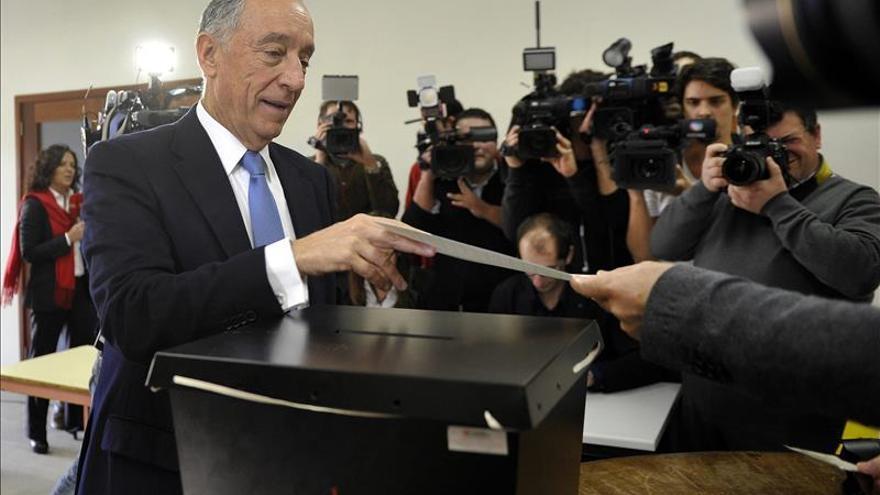Rebelo de Sousa vota en las elecciones presidenciales de las que ha salido ganador en la primera vuelta