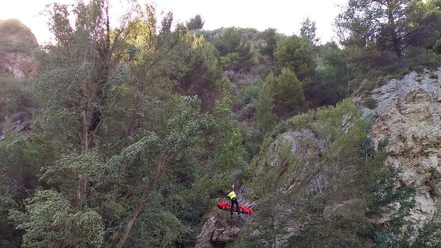 Dificultoso rescate de un herido grave al precipitarse por un talud sobre el río Arga en Puente la Reina