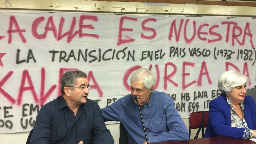 Txema Montero charla con Eugenio del Río (en medio), en presencia de la abogada Paquita Sauquillo.