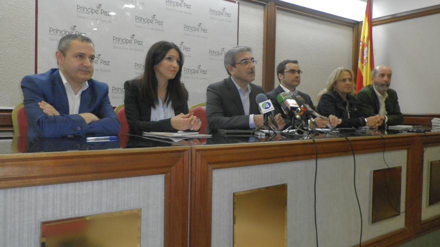 Román Rodríguez (c) junto a Daniel Díaz, José Manuel Corrales (i), Santiago Pérez y otros representantes de las candidaturas de Tenerife.