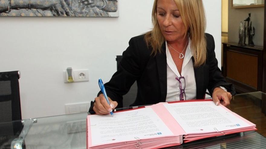 Marina Castaño, firmando un convenio de la fundación con la Xunta en 2010
