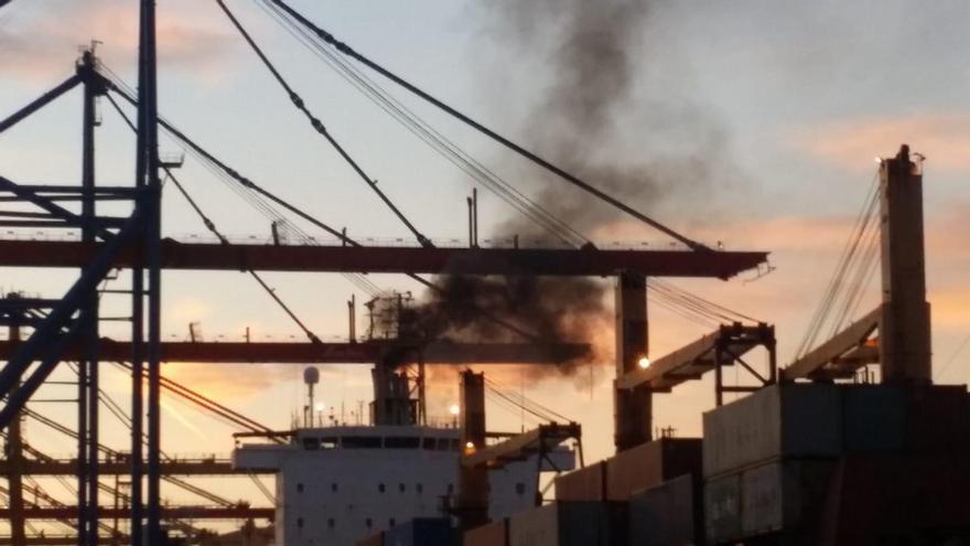Emisiones de un buque de mercancías en el puerto de València