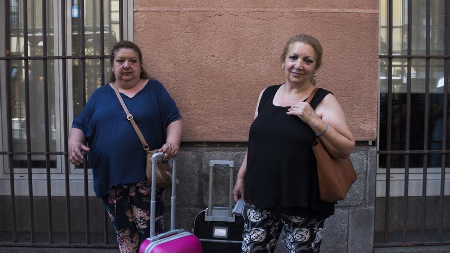 Rosi y Pepi esperando a ser atendidas por el responsable de Bienestar Social del Ayuntamiento