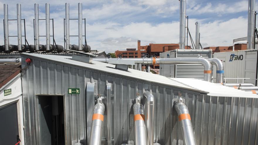 Azotea del centro de datos de Interxion en Madrid. Los tubos con una señal naranja extraen el calor que producen los servidores al funcionar. Los azules introducen aire frío.