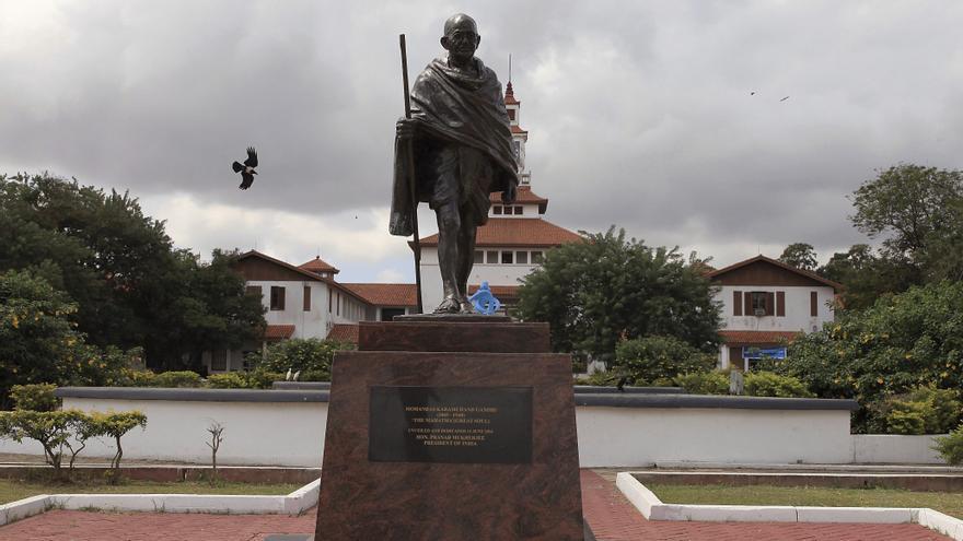 La estatua retirada del líder independentista indio Gandhi en Accra, Ghana