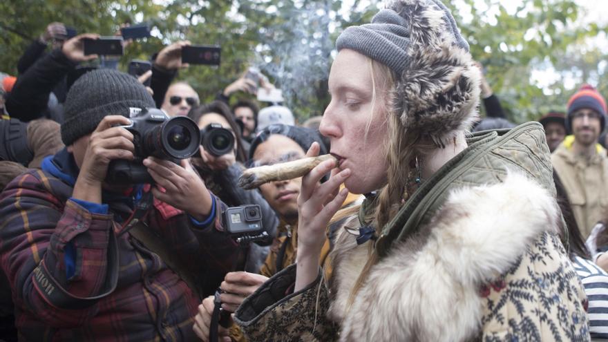 Una joven celebra en Toronto la legalización de la marihuana. Foto tomada el pasado 17 de octubre