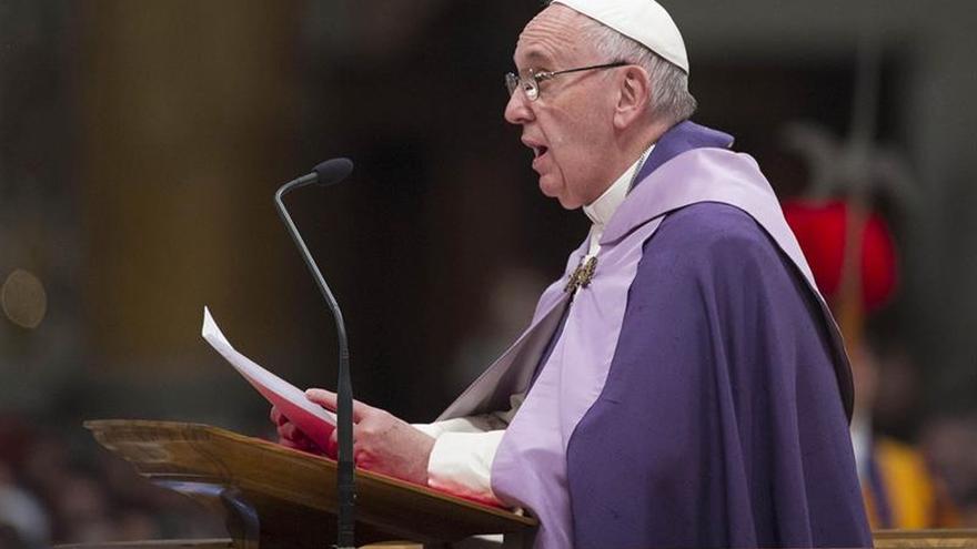 El papa lavará los pies a doce refugiados durante la misa de Jueves Santo