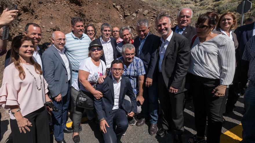 El presidente y vicepresidente del Gobierno de Canarias junto a otras autoridades y vecinos de La Aldea