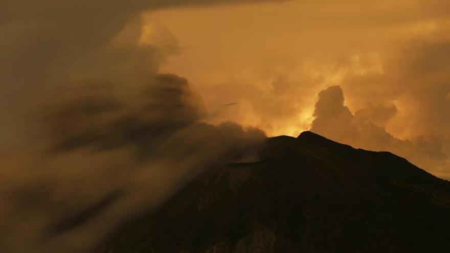 El volcán Turrialba de Costa Rica registra una erupción de ceniza y gases