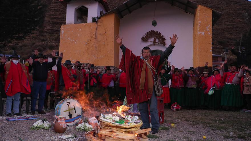 Una comunidad indígena en Bolivia hace un ritual para invocar la lluvia