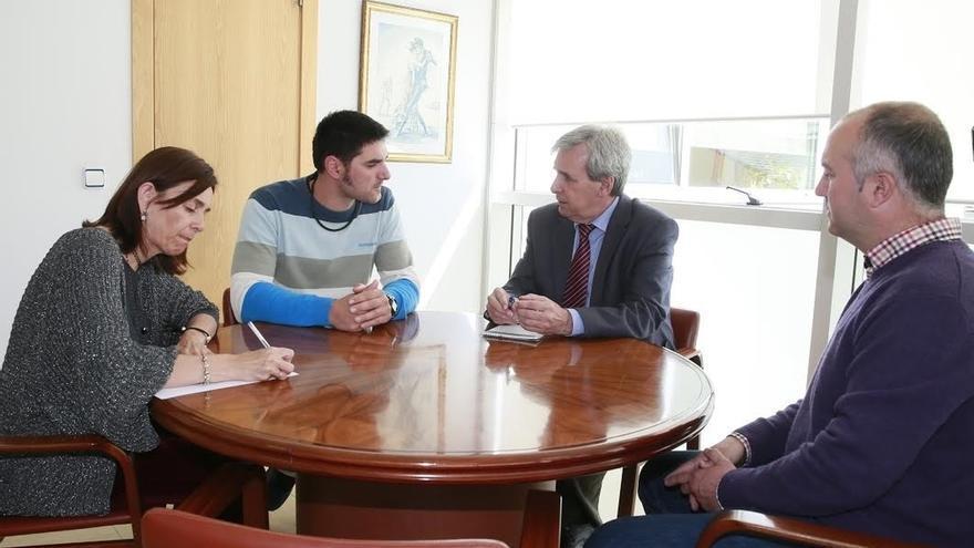 De la Sierra traslada al alcalde de Valle de Villaverde que el Fondo de Cooperación será una realidad en próximos meses