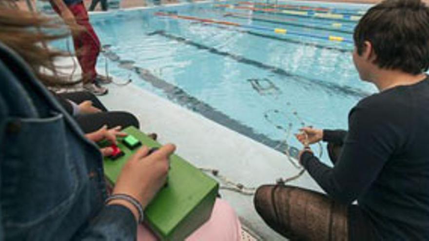 Un momento del acto en el que un alumno prueba en el agua un robot submarino con control remoto, construido durante este curso en un taller organizado por la Plataforma Oceánica de Canarias con la ayuda de la Universidad de Gerona, una iniciativa en la que han participado un centenar de estudiantes. EFE/Ángel Medina G.