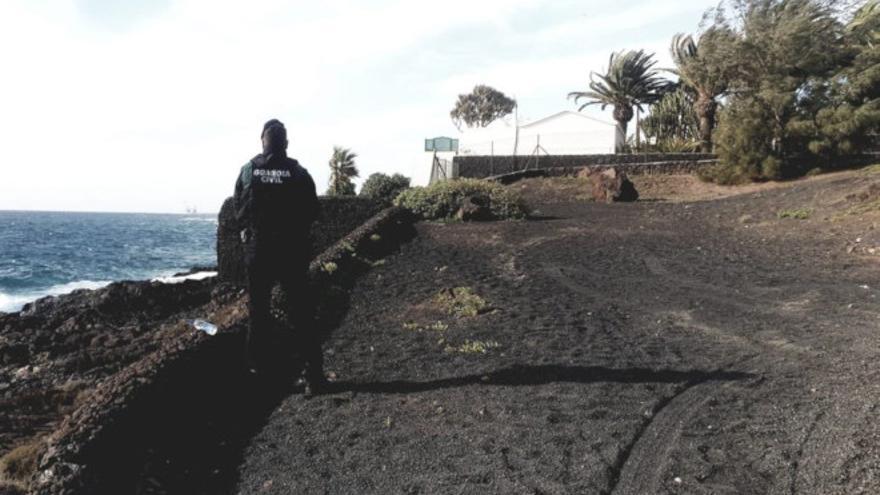 Un agente de la Guardia Civil vigila en el entorno de La Mareta, residencia en la que pasa sus vacaciones el presidente del Gobierno.