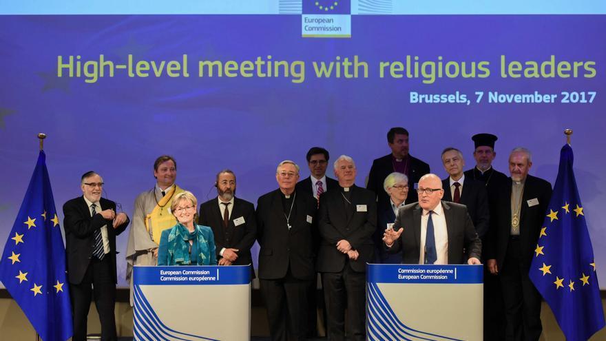 Mairead McGuinness, vicepresidenta del Parlamento Europeo, y Frans Timmermans, vicepresidente de la Comisión Europea, dando un discurso en la reunión anual de alto nivel con líderes religiosos (fuente: Comisión Europea).