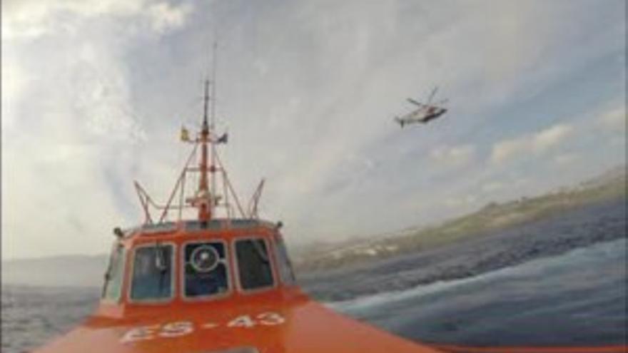 El 'Salvamar Nunki' y el 'Helimer 210' en la bahía de Gando (SALVAMENTO MARÍTIMO)