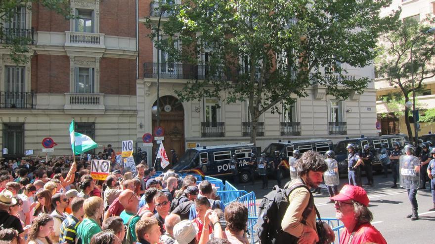 (Amp.) Concluye sin incidentes la protesta en la calle Génova posterior a la concentración de la Cumbre Social