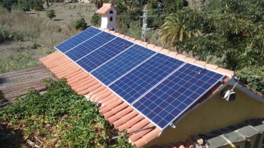 Planta fotovoltaica sobre el tejado de un edificio.