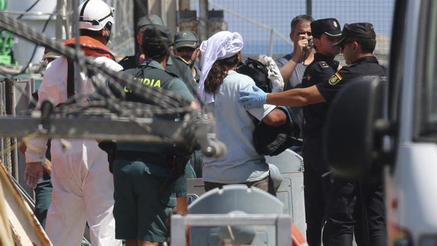 Rescatan a 25 inmigrantes argelinos de una patera en aguas de Almería