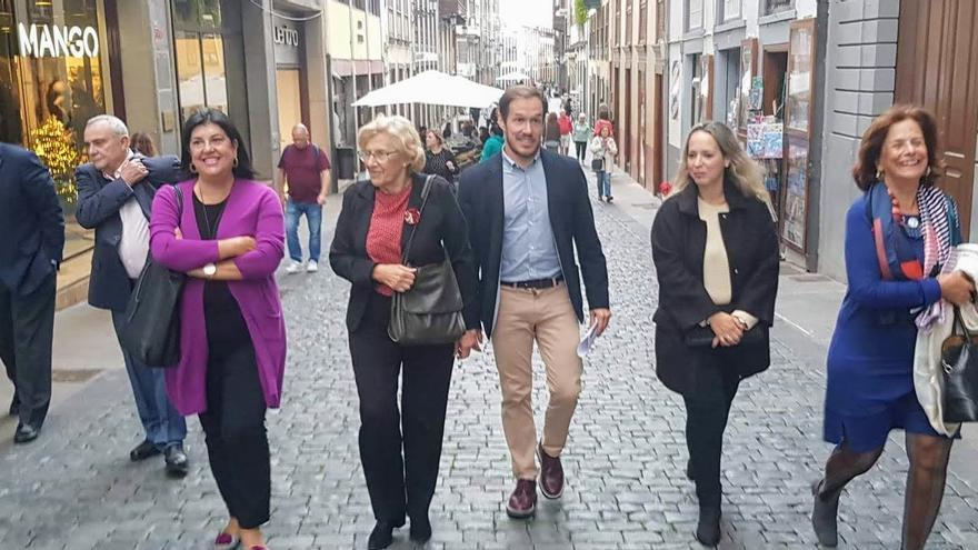 Manuela Carmena paseó por la Calle Real junto al presidente del Cabildo y la consejera de Educación.