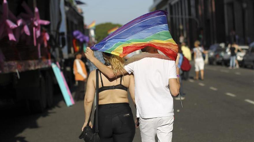 Gais en Argentina marchan por ley antidiscriminación y critican a Macri