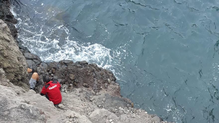 Otro momento del rescate del turista que ha caído al mar en la costa de Los Cancajos.