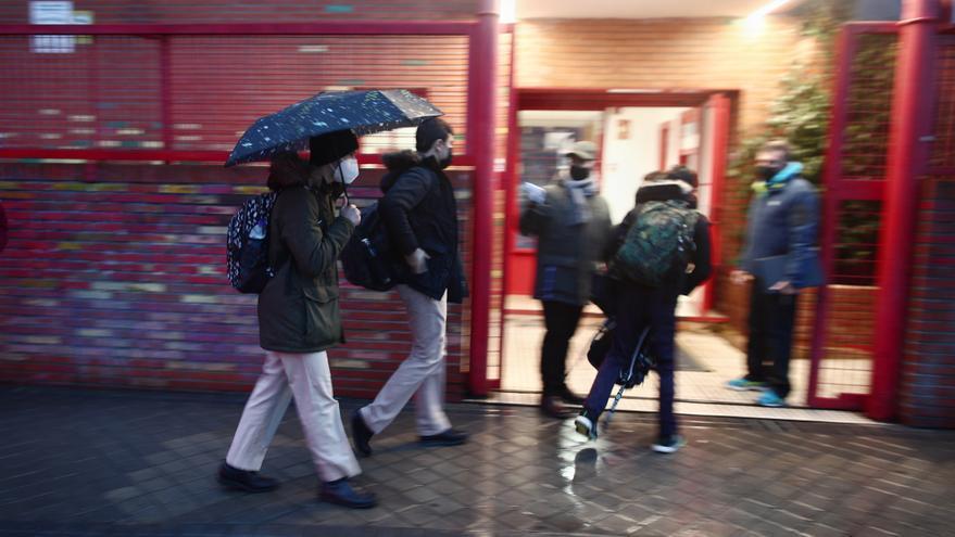 Archivo - Varios alumnos entrando a un colegio.