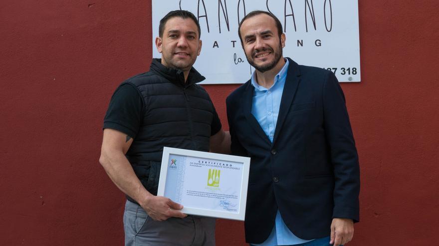 Entrega de la certificación a Álvaro Hernández (i).