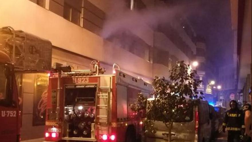 Incendio en la calle Valencia. (TWITTER POLICÍA LOCAL)